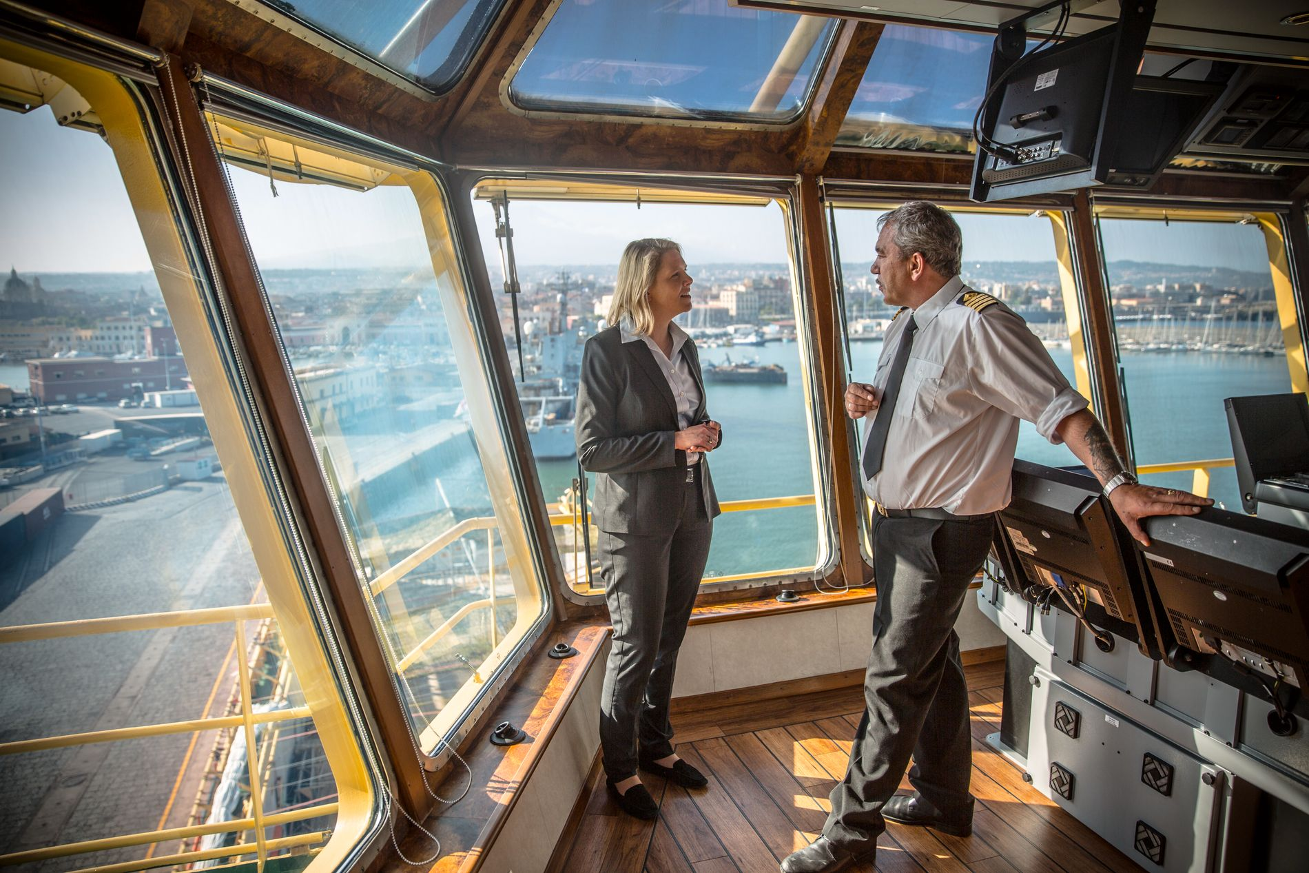 I HAVN: Sylvi Listhaug og kaptein Svein Kvalavåg på «Siem Pilot» med utsikt over Catania, Sicilias nest største by.