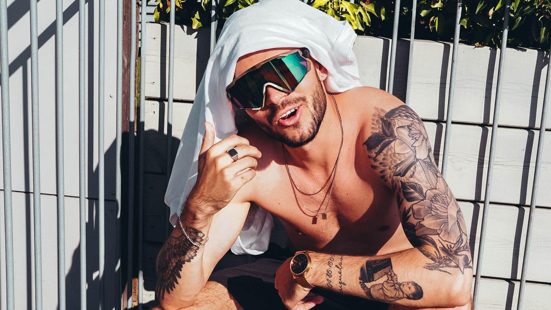 DEKKET ARMEN MED BLOMSTER: Chris Holsten sier at han nok kunne vært foruten deler av den heldekkende tatoveringen på overarmen.