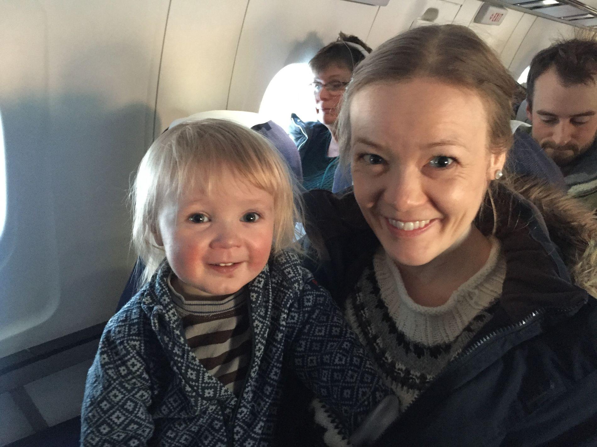 PÅ FLYET: Marion Harila Kjelling (35) og sønnen Jacob Olai (2) reiste fra Vadsø til Tromsø med morgenflyet onsdag. Marion ser egentlig ikke noe behov for at et så stort fylke som Finnmark skal slå seg sammen med Troms.