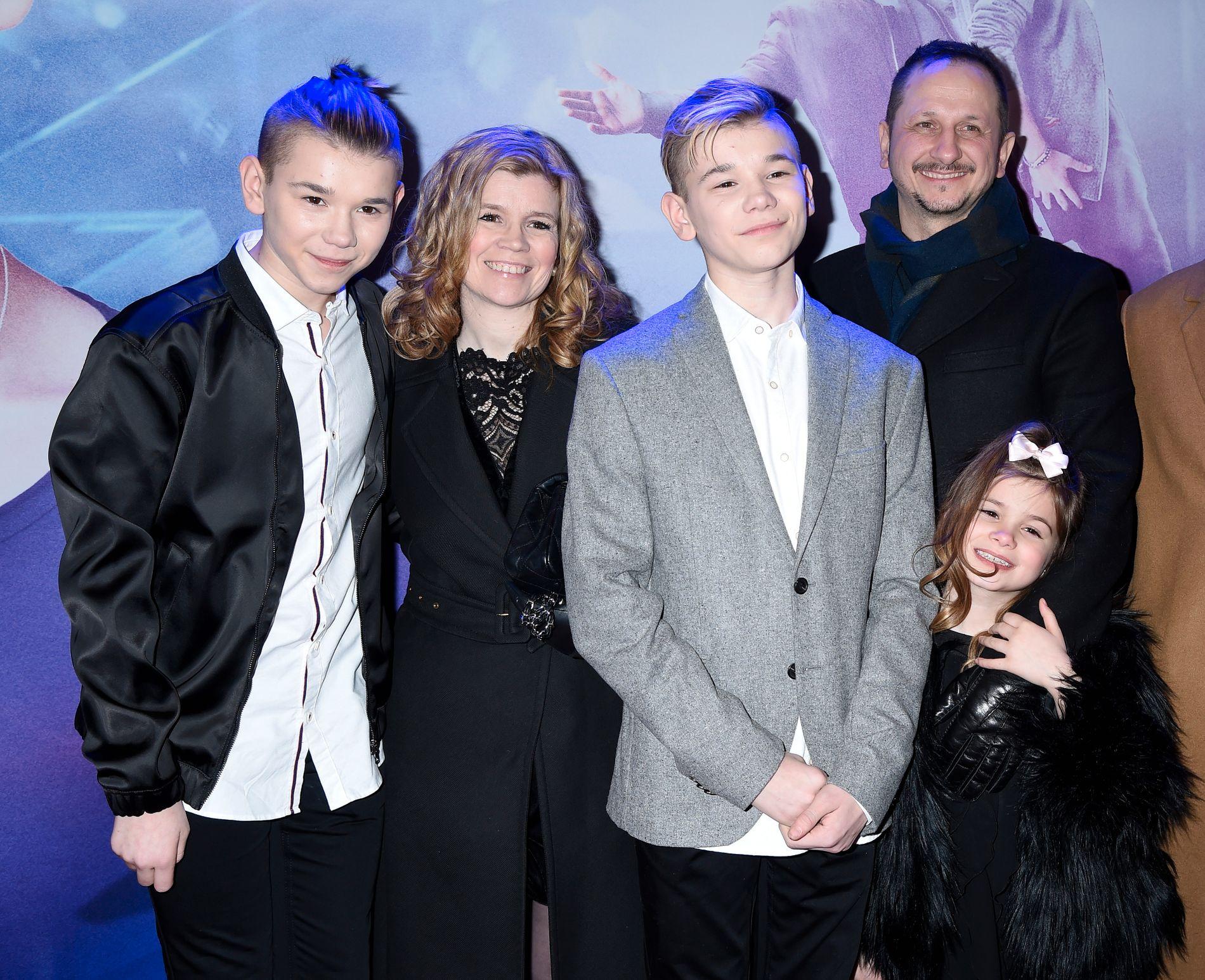 POPFAMILIE: Kvintetten som utgjør familien Gunnarsen, fra venstre: Marcus, Gerd Anne, Martinus, Kjell-Erik og Emma. Her på premierefest i Stockholm i januar. Foto: AFTONBLADET