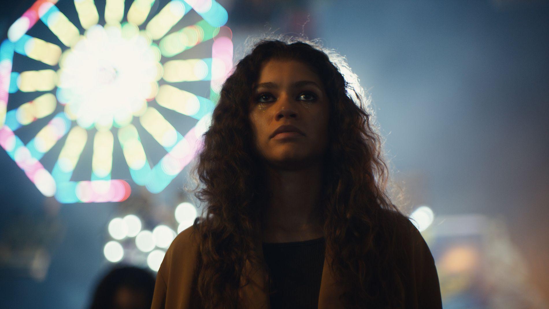 VONDT: Zendaya som Rue i «Euphoria» er blant tipsene om serier du kan se i sommer. Den er både vond, fin og vanskelig.
