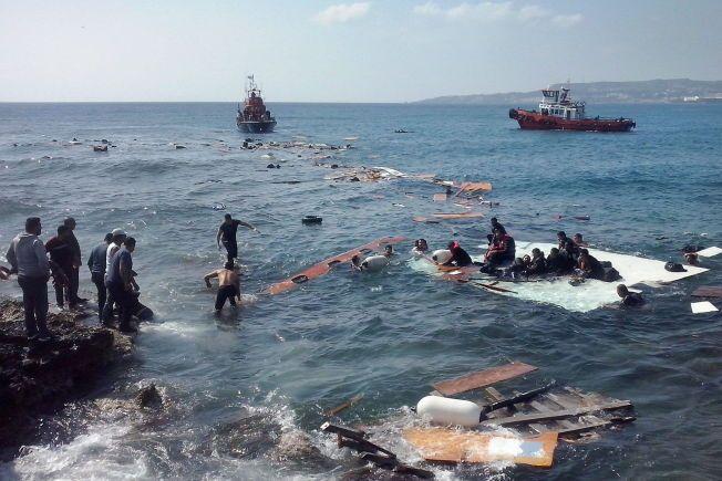 REDDET: Illegale immigranter tar seg her i land på Zefyros-stranden på Rhodos mandag. Minst tre personer er døde etter at båten de var om bord i sank.