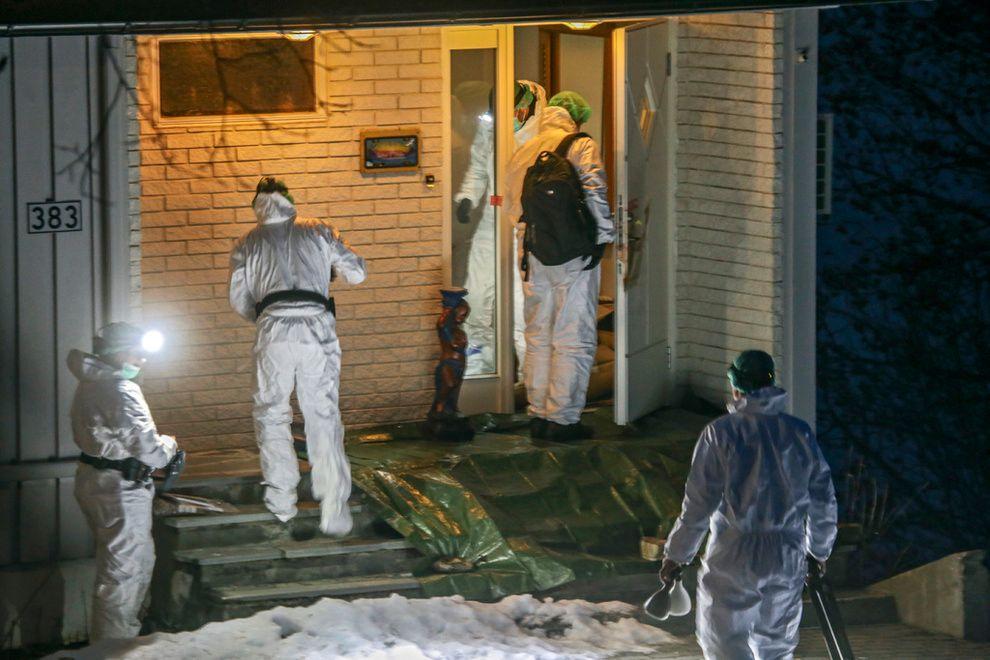 ÅSTED: Krimteknikere utenfor boligen der 84 år gamle Gudrun Myrvang Thomassen ble drept i Lenvik på Finnsnes i Troms.