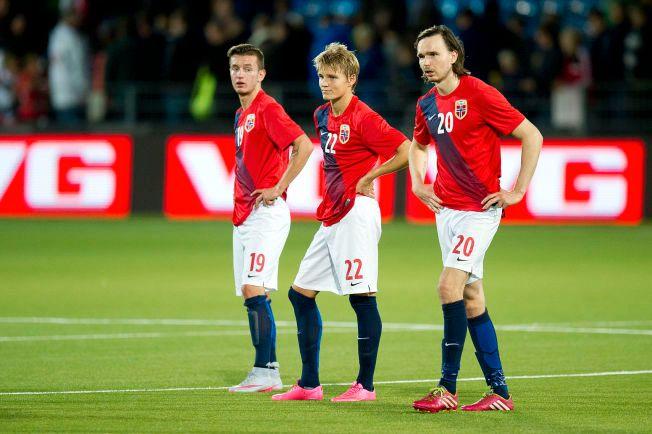 SIER NEI: Bersant Celina (til venstre) sier nei til å spille for Norge, og dermed blir det ikke flere landskamper sammen med Martin Ødegaard og Ole Selnæs (til høyre) Her er de like etter kampslutt i EM-kvalifiseringskampen for U21-landslag mellom Norge og England på Marienlyst stadion i Drammen.