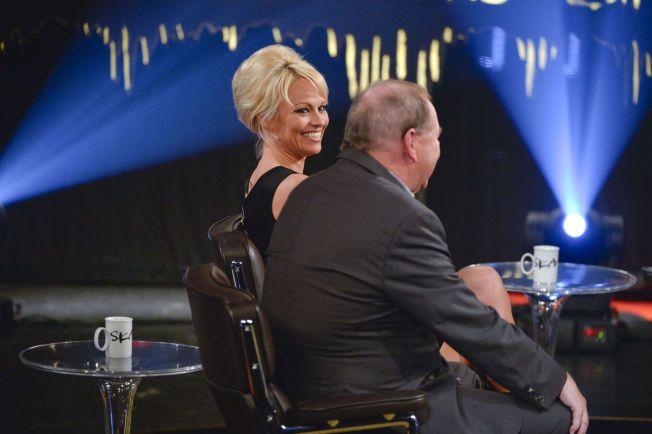 PÅ SKJERMEN: Pamela Anderson i Skavlan-studioet, sammen med den svenske regissøren Roy Andersson.