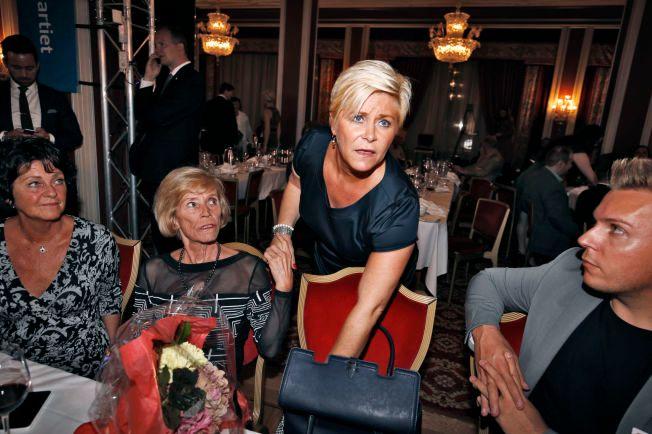 NEDTUR: Siv Jensen og Frp mister mange av sine ordførere. Her er partilederen på valgvake med moren Monica Kjelsberg ved sin side.