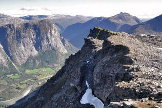 HØYRISIKO: Mannen i Møre og Romsdal er et av de fire fjellene i Norge som er under konstant overvåking, fordi de utgjør en høy risiko ved et eventuelt ras. Foto: Åknes/Tafjord Beredskap