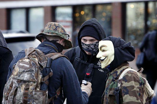 MASKERT: Flere av demonstrantene som har tatt oppstilling utenfor politihuset i Ferguson har maskert seg.