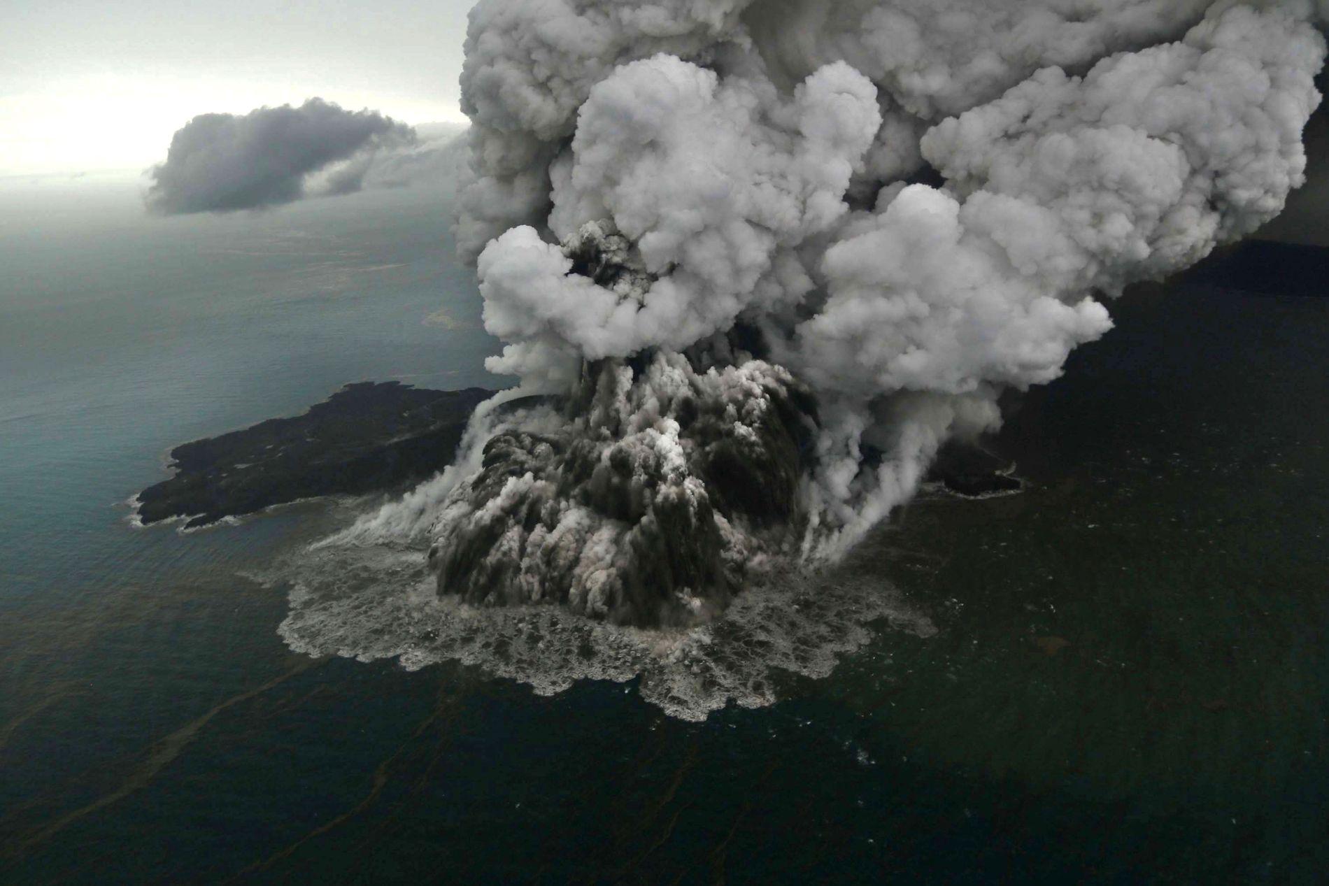 UTBRUDD: Vulkanen Anak Krakatau hadde utbrudd en drøy halvtime før tsunamien traff kysten 22. desember. Vulkanen ligger i Sundastredet, mellom de indonesiske øyene Java og Sumatra. Dette bildet er tatt 23. desember.