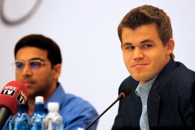 REMIS:Viswanathan Anand og Magnus Carlsen delte poenget i London søndag.
