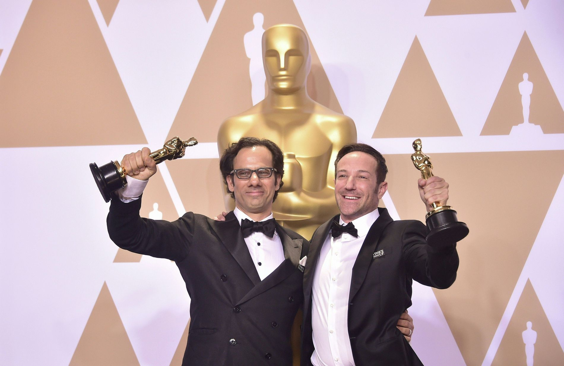 HEDRET: Dan Cogen og Bryan Fogel ble Oscar-hedret for dokumentaren «Icarus». Men varsleren i filmen, Grigorij Rodtsjenkov, kunne ikke være med på festlighetene. Han lever på hemmelig adresse.