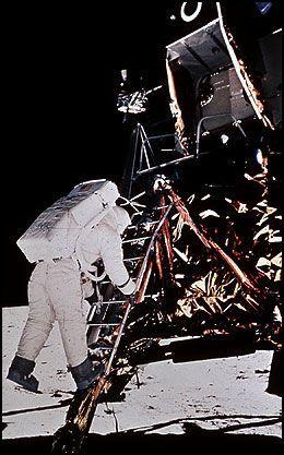 NUMMER TO: «Buzz» Aldrin var den andre som steg ned på månen - etter Neil Armstrong. «Uheldige» Michael Collins måtte holde seg i moderskipet Columbia, for å ta i mot sine to venner, da deres oppdrag var avsluttet. Foto: Neil Armstrong/Scanpix