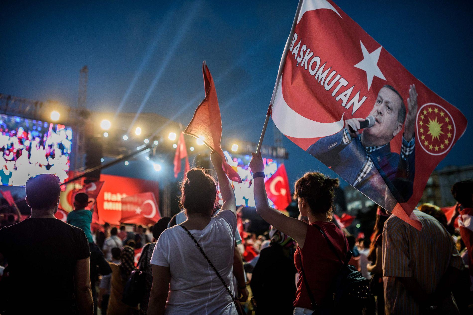 PRO ERDOGAN: En tilhenger av Erdogan holder et flagg med bildet av presidenten under et opprop mot kuppforsøket. Etter 16. juli har det vært store uroligheter i Tyrkia.