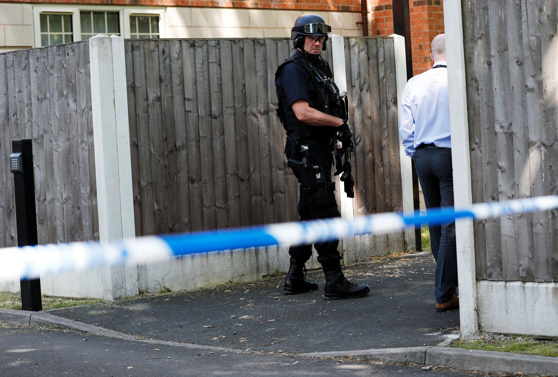 POLITIAKSJON: Politiet er her utenfor huset hvor de har aksjonert.