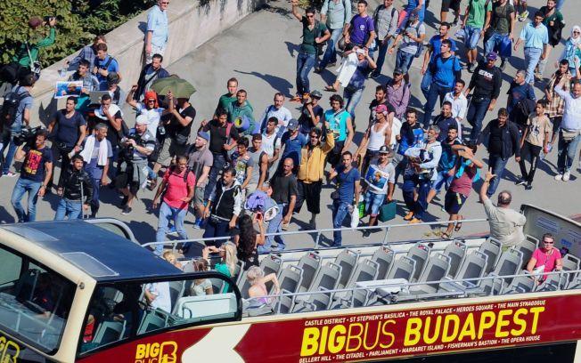 SLUTT PÅ TÅLMODIGHETEN: Flere titalls flyktninger har tatt seg ut av en leir Bicske i Ungarn, fredag. Samtidig har mer enn tusen mennesker begynt å gå mot Østerrike.