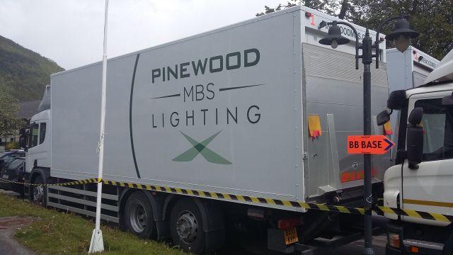 PRODUKSJONSSELSKAP: Lastebilder med Pinewood Studioes var på plass i området.