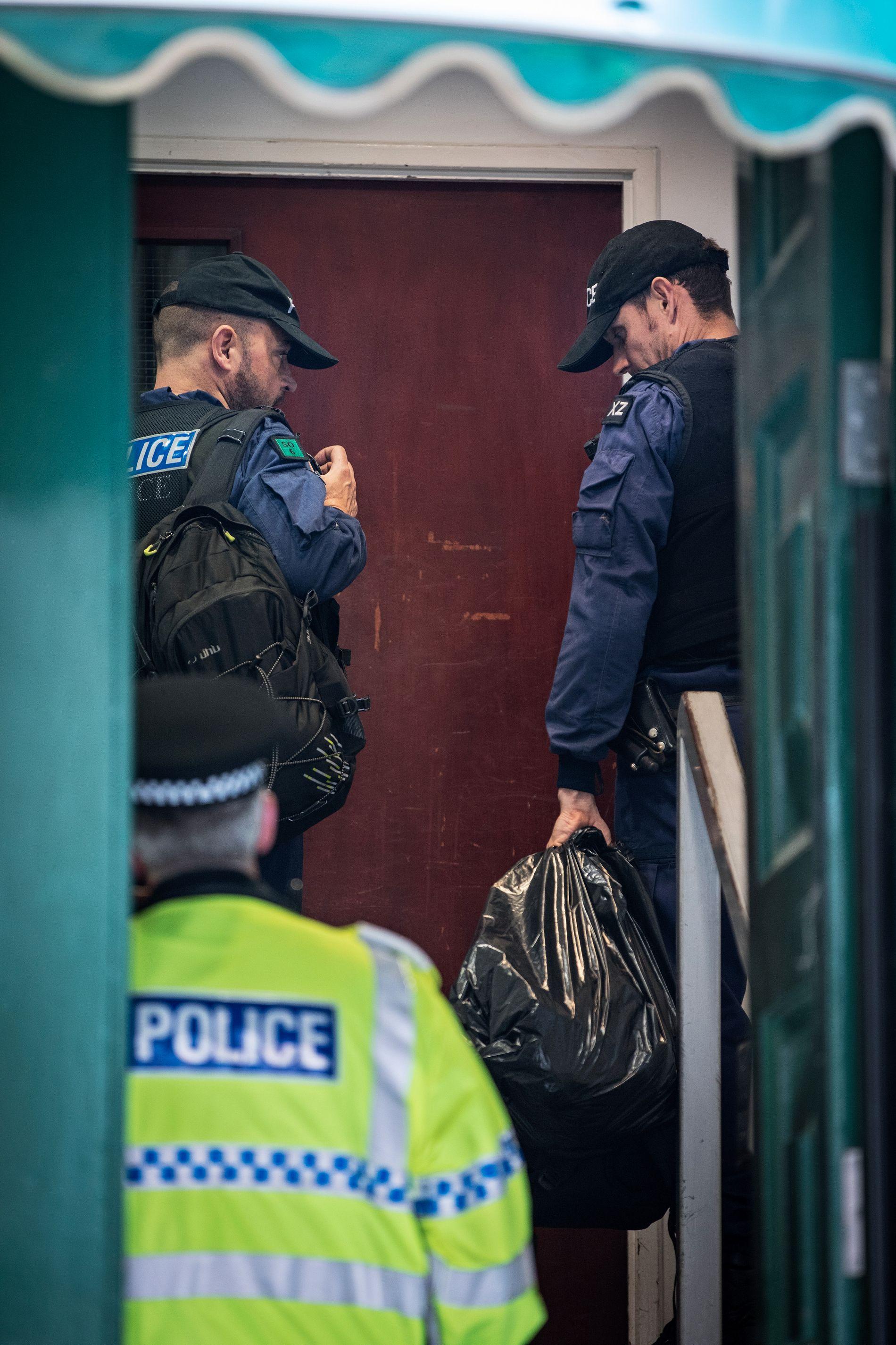 VÆPNET AKSJON: Politiet i Manchester aksjonerte onsdag mot et leilighetsbygg i Grandby Row i sentrum av byen. Aksjonen er en del av etterforskningen politiet gjennomfører etter angrepet.  Foto: JØRGEN BRAASTAD, VG