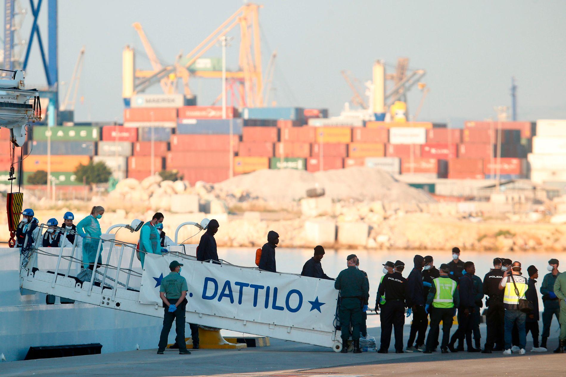 TATT IMOT: De første migrantene fra skipet Aquarius ankom havnen i Valencia søndag morgen, hvor de ble tatt imot av over 2.000 personer.