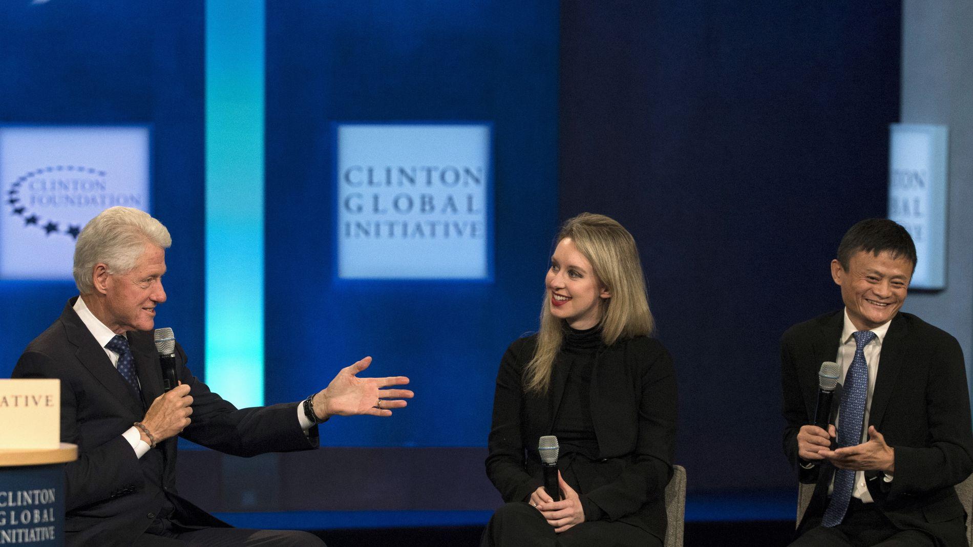 STIGENEDE STJERNE: Dette bildet oppsummerer anseelsen til Holmes før de mange ubehagelige avsløringene om selskapet Theranos begynte å komme. Her intervjues hun og Alibaba-gründer Jack Ma av Bill Clinton 29. september i fjor.