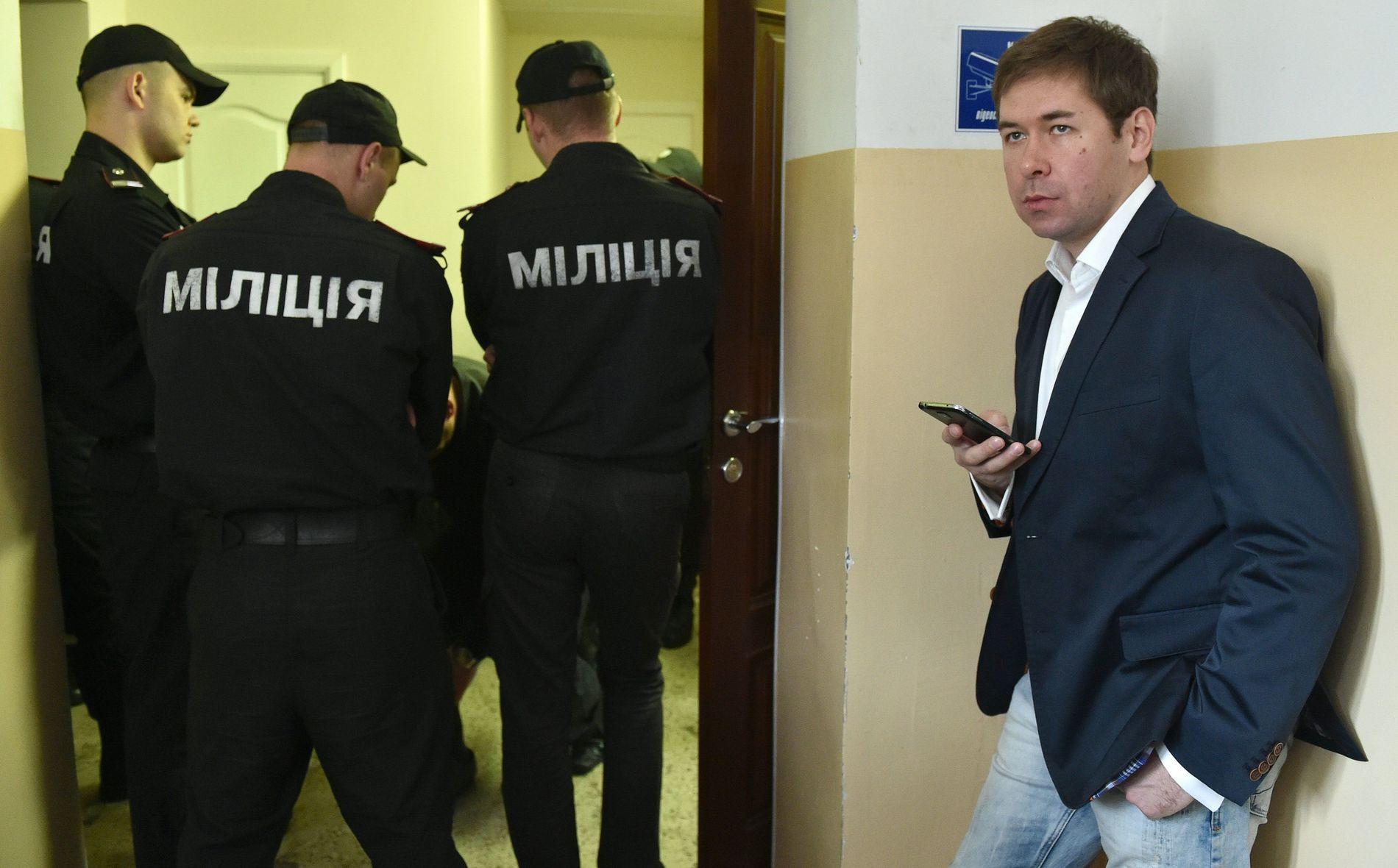 UNG ADVOKAT: Ilja Novikov (til høyre) er bare 35 år, men har allerede utmerket seg som en dyktig advokat i Russland. Her er han fotografert i Ukraina i forbindelse med en sak han førte der.