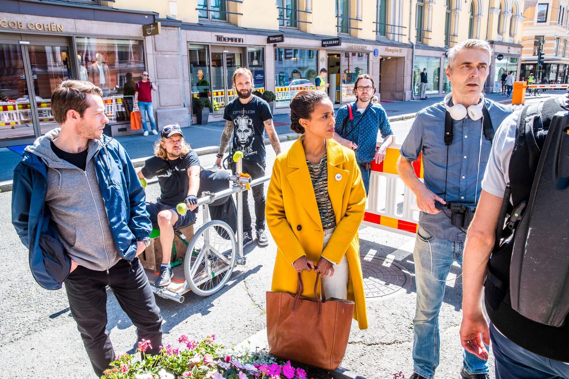 KJENTE FJES: Fra venstre Eldar Skar som spiller Hans martin Djupvik som var PST-sjef i de første sesongene. Selome Emnetu spiller hans kone Hilde Djupvik, som nå engasjerer seg politisk. Til høyre regissør Erik Skjoldbjærg.
