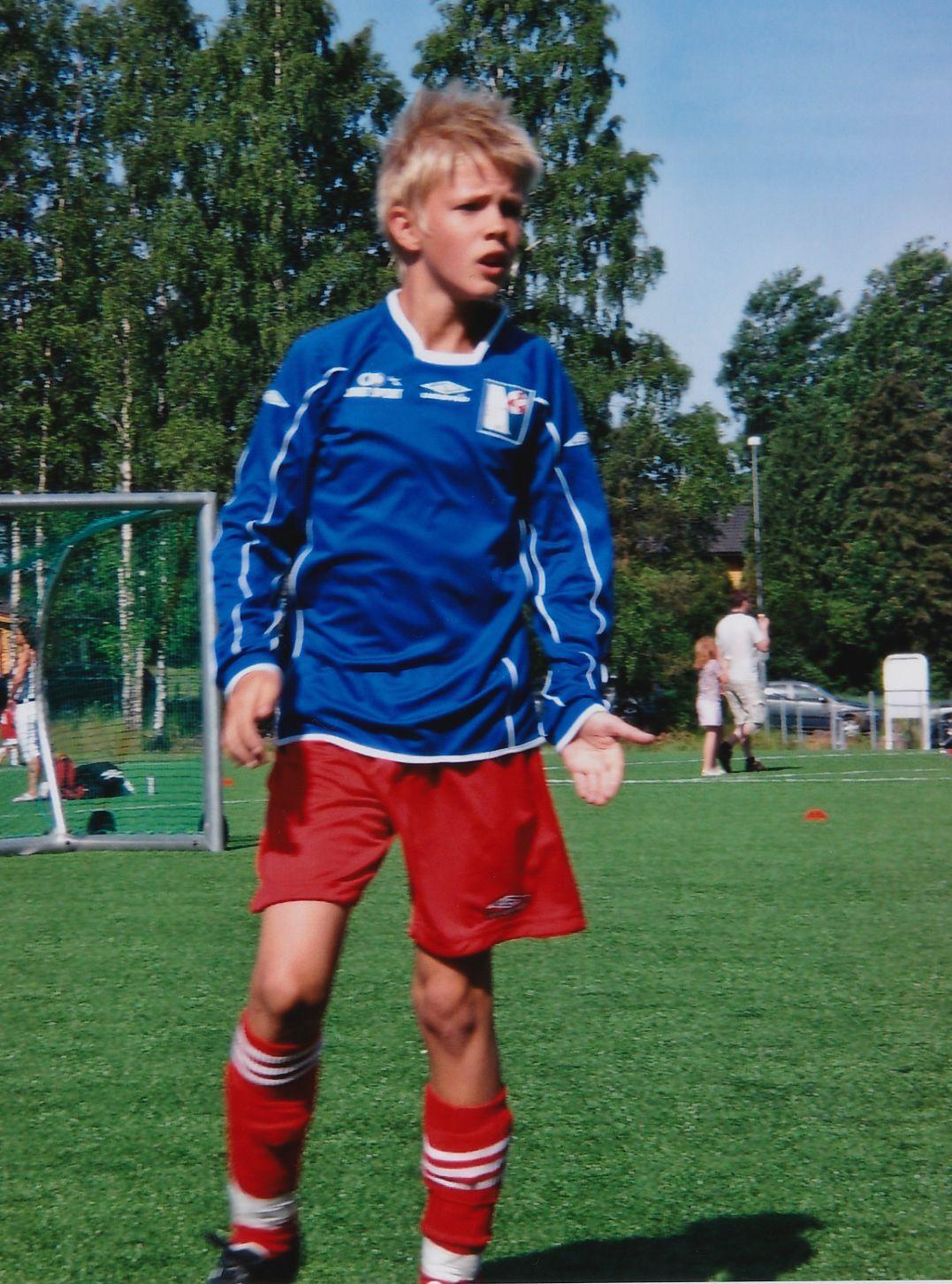 TIDLIG KRØKES: En 9–10 år gammel Kristoffer Vassbakk Ajer på fotballbanen.