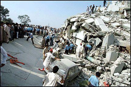 REDNINGSARBEID: Pakistanske redningsarbeidere står på for å få reddet folk ut av den kollapsede bygningen i Islamabad. Foto: AFP