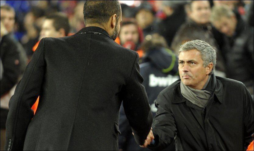 LANGER UT: Jose Mourinho, som her hilser på Barcelona-trener Pep Guardiola, langer ut mot sin forgjenger Manuel Pellegrini. Samtidig sier han at bare gull er godt nok for Real Madrid. Foto: Afp