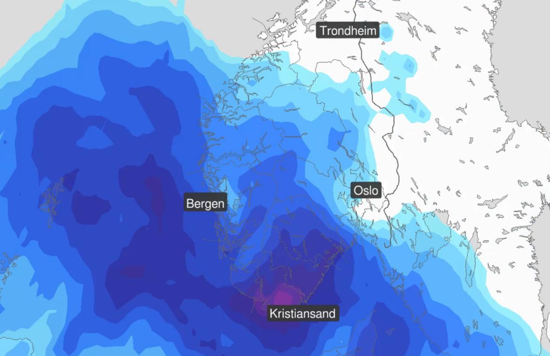 HER KOMMER REGNET: Et uvanlig kraftig lavtrykk til å være sommer er på vei over England mot Sør-Norge, og ankommer med mye nedbør natt til lørdag. Dette viser nedbørsområdet lørdag morgen klokken 08.