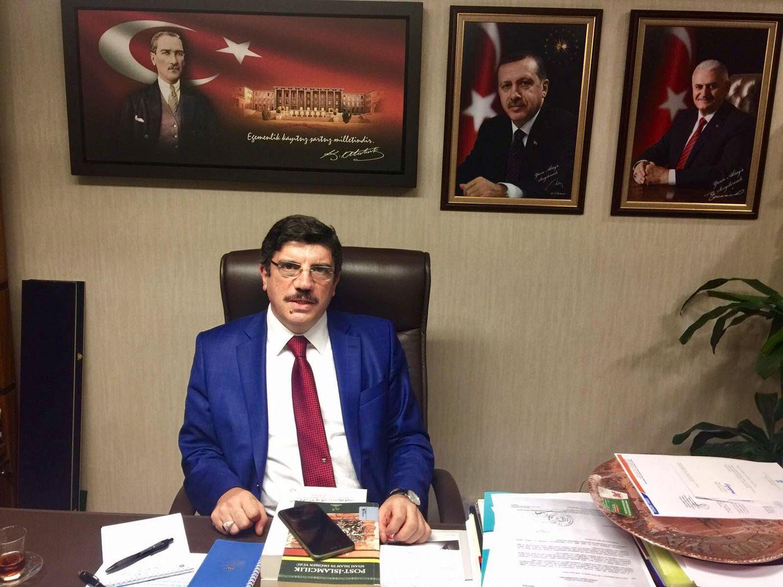 ERDOGANS MANN:  Yasin Aktay er president Recep Tayyip Erdogans rådgiver i parlamentet. Her på kontoret i Ankara, med bilder av landsfader Atatürk, president Erdogan og statsminister Binali Yildirim på veggen.