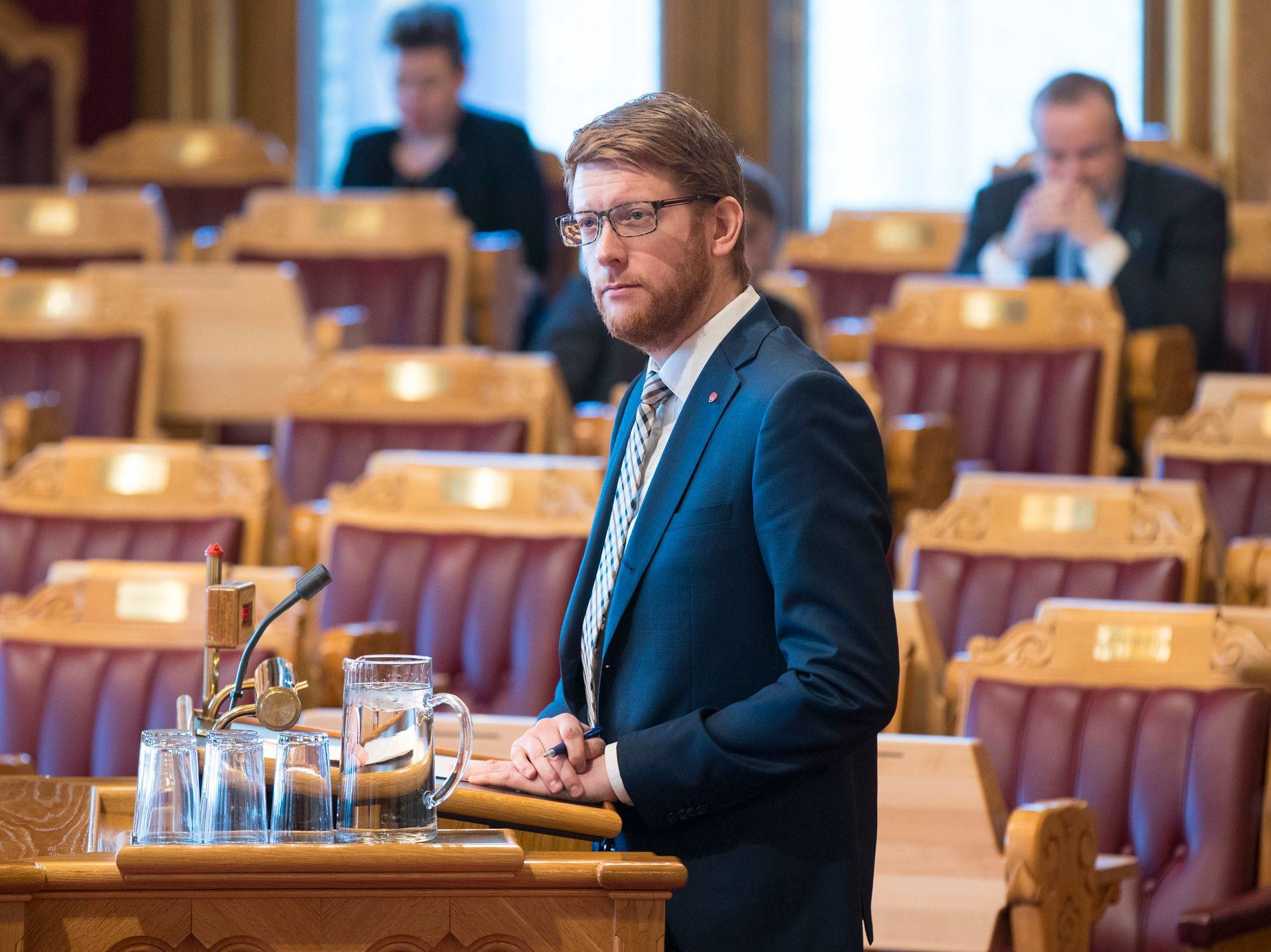 KRITISK: Martin Henriksen, utdanningspolitisk talsperson i Arbeiderpartiet mener regjeringen lar muligheten gå fra seg når tusenvis av unge vil studere IKT, men ikke får muligheten.