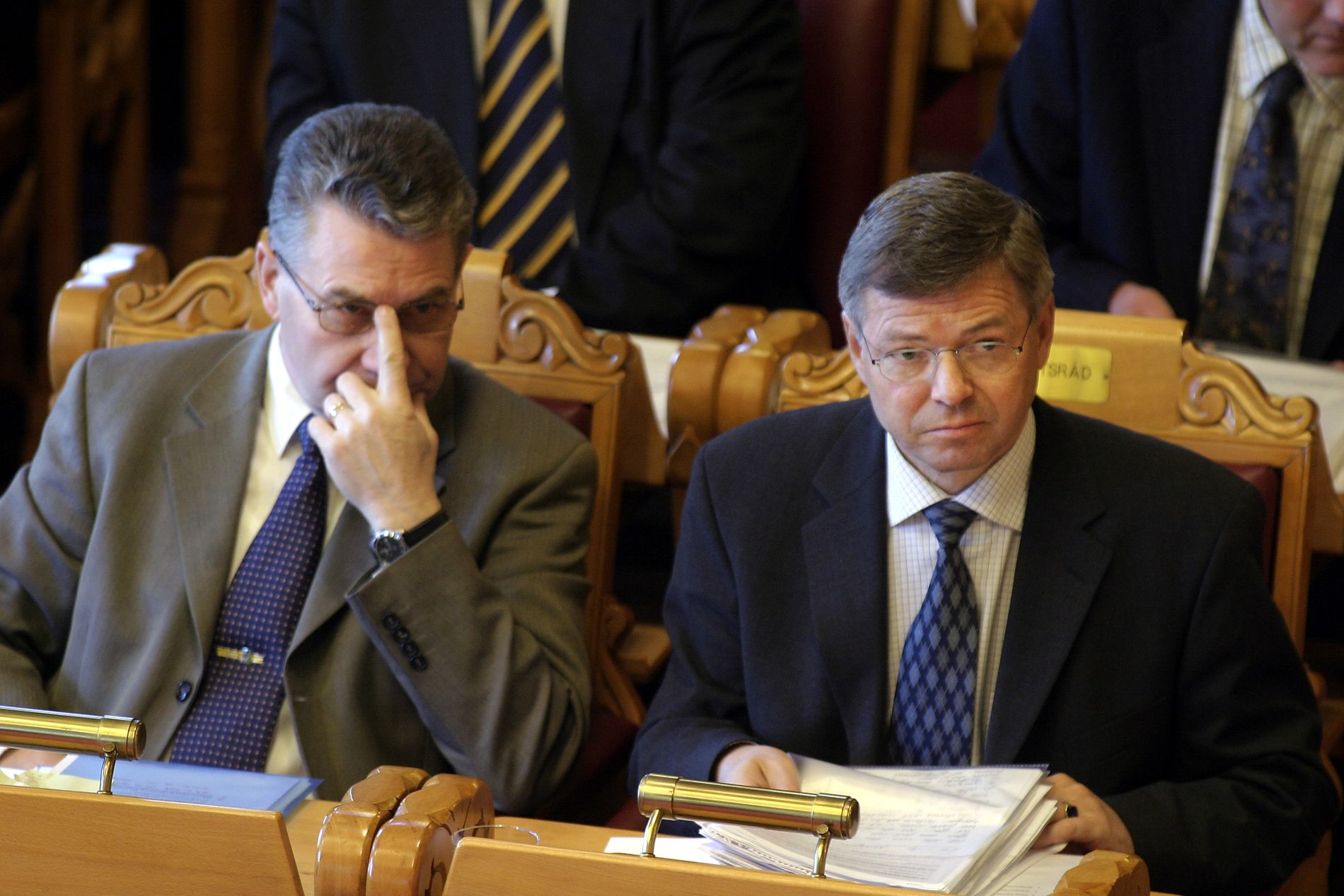 MINISTER: Her sitter Svein Ludvigsen i stortingssalen sammen med Kjell Magne Bondevik.