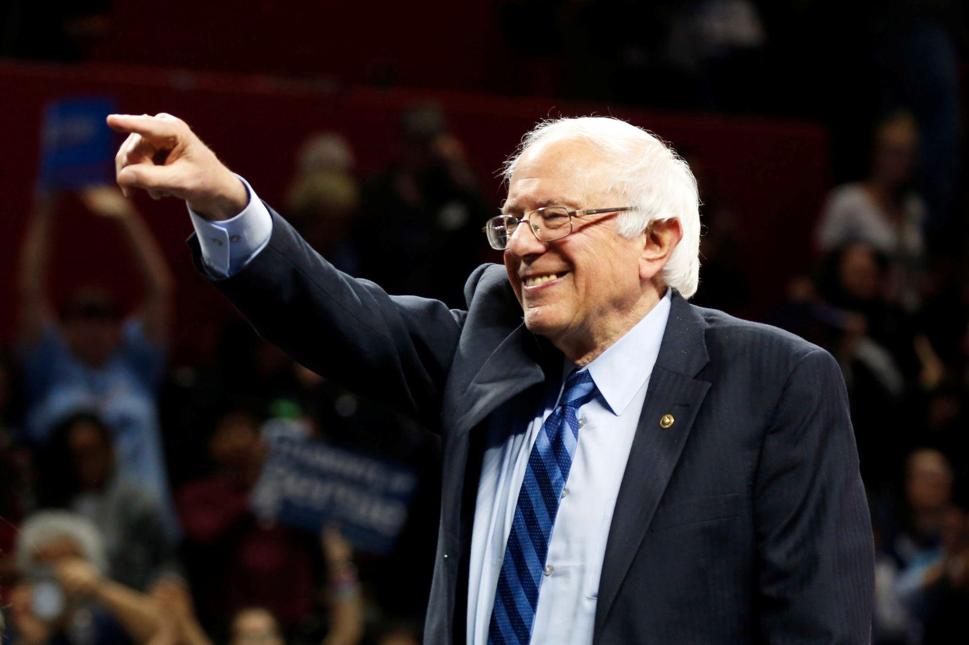 GIR SEG IKKE: Bernie Sanders sier det er uaktuelt å kaste inn håndkle. Her er han avbildet på et valgmøte tidligere denne uken.