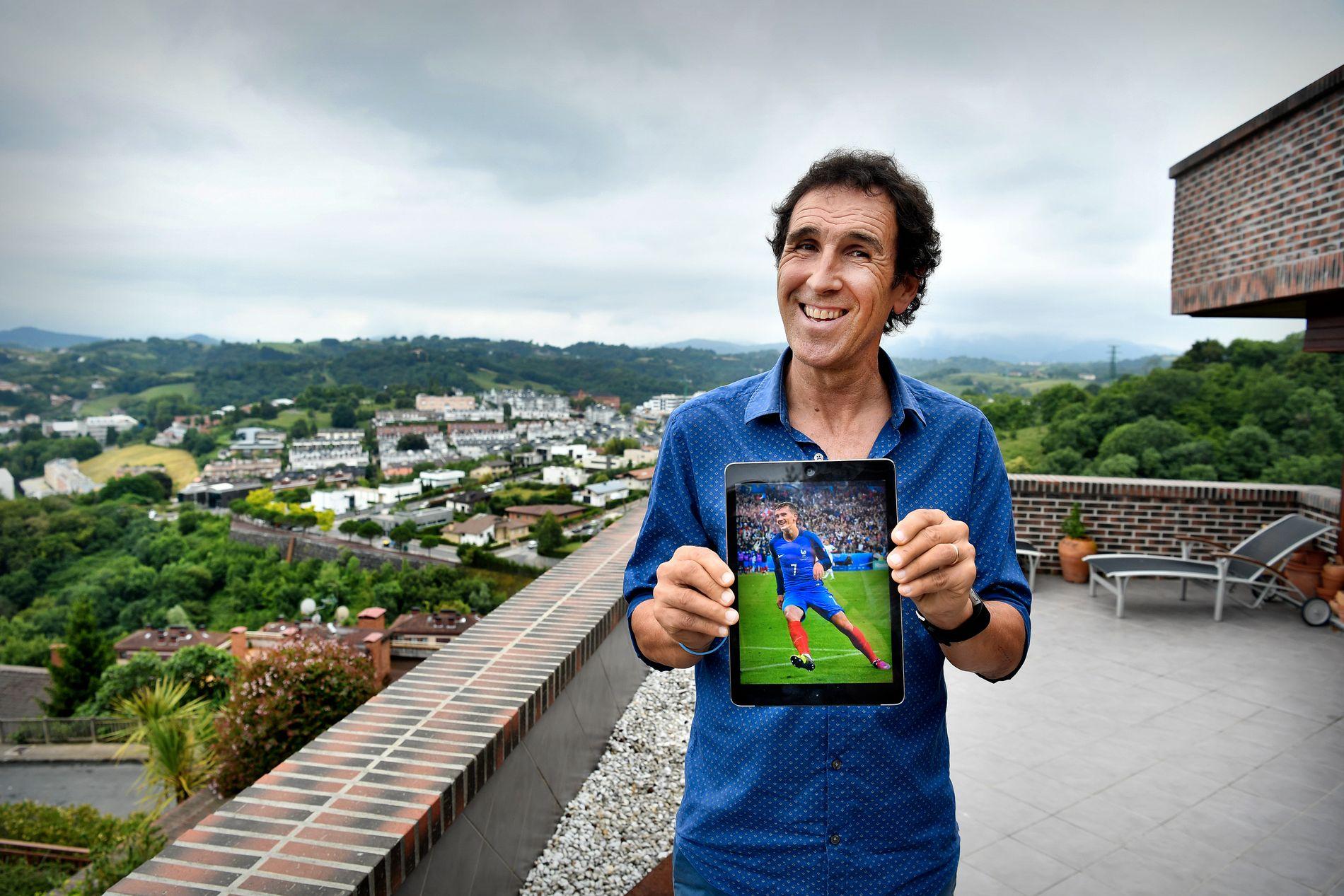 – JA, JEG ER STOLT: Jesús María Zamora, en av Spanias beste spillere rundt 1980, med et bilde av sin franske favoritt Antoine Griezmann.