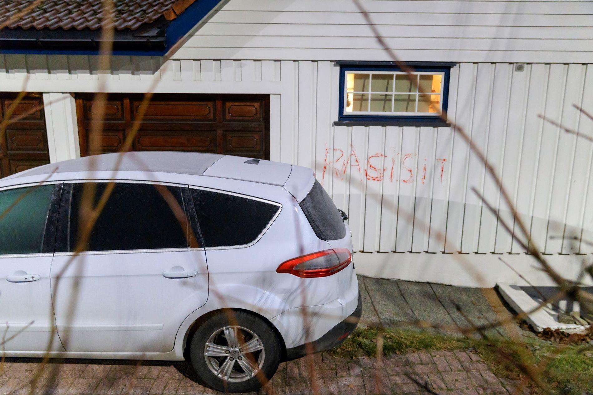 TAGGING: Ordet «rasist» var både korrekt og feil stavet på henholdsvis justisministerens bil og bolig etter det første angrepet i desember i fjor.
