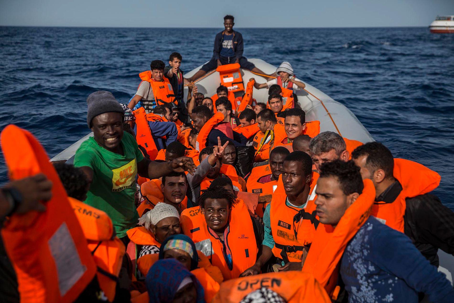 PLUKKET OPP: Bildet viser migrantene og flyktningene som ble plukket opp av skipet fra Proactiva Open Arms lørdag.