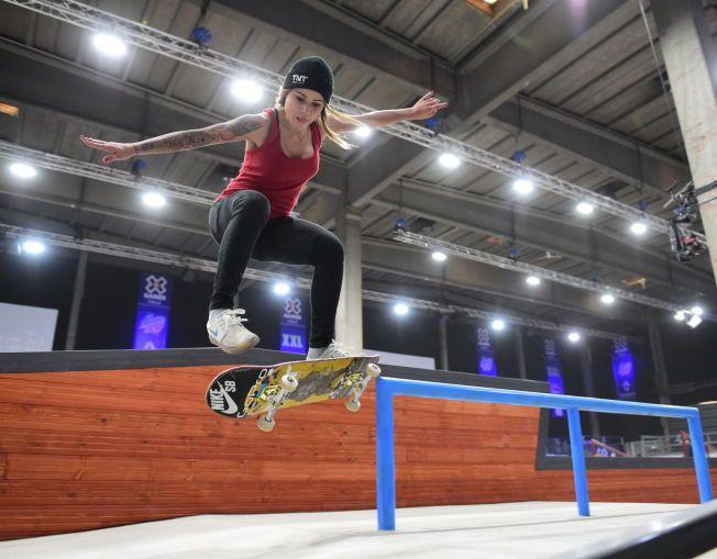 JENTENE KOMMER: Leticia Bufoni (22) har ifølge ekspertene tatt skateboarding for kvinner flere steg videre med sine triks og stil. Her prøver hun seg frem i skur 13 på Filipstad-kaien i Oslo tirsdag. Finalen i X Games går torsdag kveld.