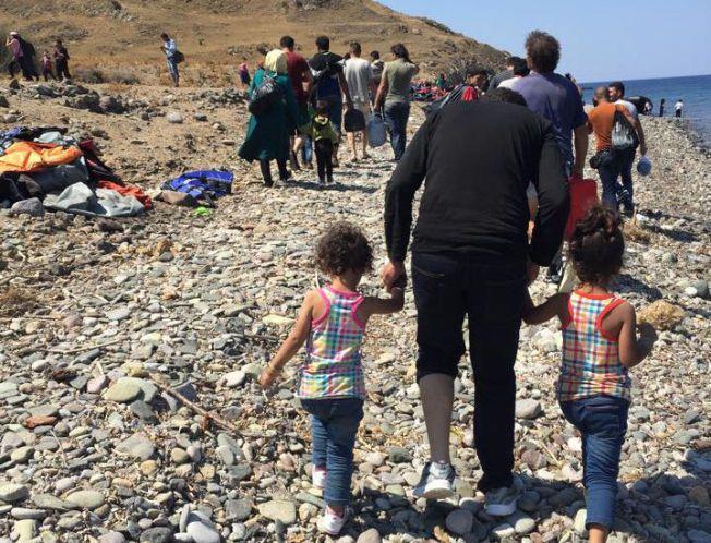 PÅ VANDRING: Disse flyktningene har akkurat gått i land på Lesbos. Herfra må de gå over syv mil for å få registrert seg.