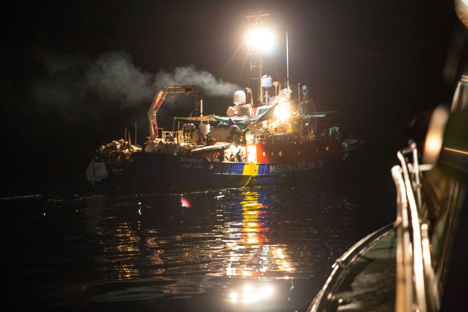 OVERFYLT: Tomino Böhm forteller at skipet er overfylt og mennesker som sitter tett i tett oppe på dekk.