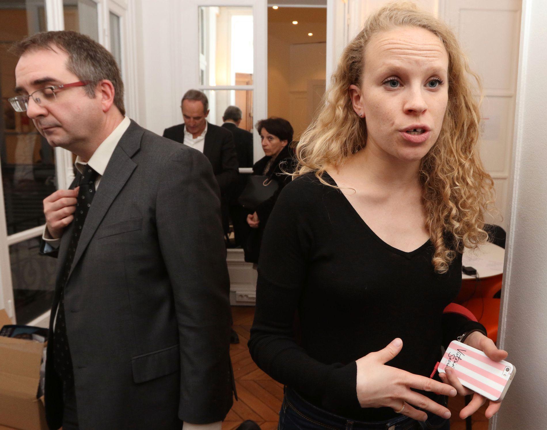 SAMLENDE: Victoria Catteau(t.h.) er personlig assistent for Alain Juppe. Hun mener velgerne forstår at sjefen hennes vil være en samlende president i en vanskelig tid for Frankrike. - Han er rett mann, sier hun. Foto: KRISTOFER SANDBERG