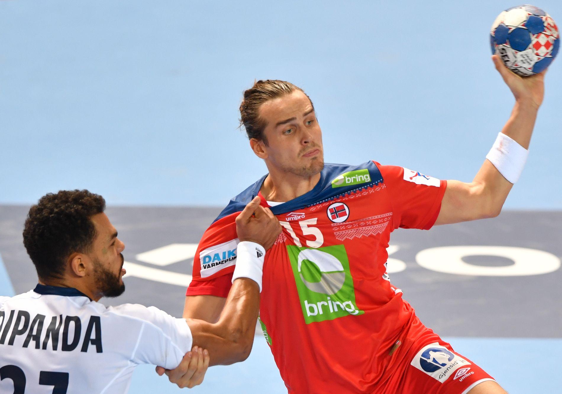 KJEMPESTART: Kent Robin Tønnesen startet EM med fem mål på fem skudd i 1. omgang mot Adrien Dipanda og Frankrike.