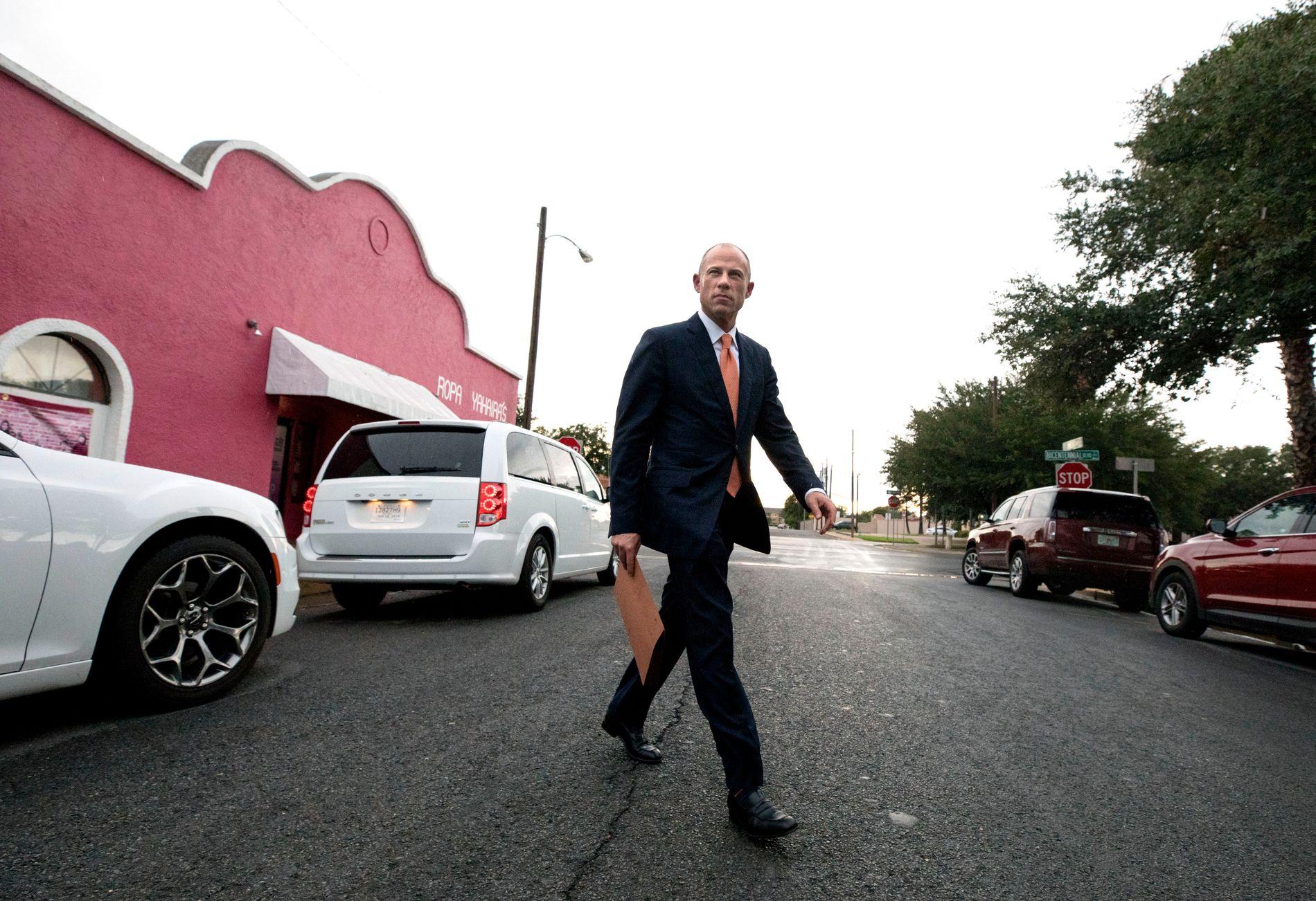 I MCALLEN: Michael Avenatti dukket tirsdag opp i grensebyen i Texas. Tidligere på dagen hadde han besøkt en interneringsleir for flyktninger, og forteller at han var sjokkert over det strenge sikkerhetsnivået der.