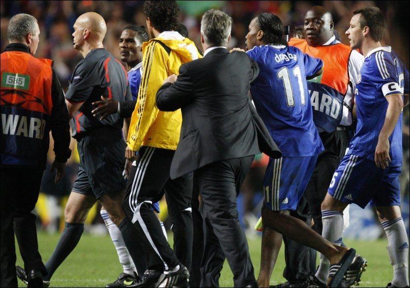 JAGET: Didier Drogba startet jakten på Tom Henning Øvrebø på Stamford Bridge etter at den norske kamplederen havnet i fokus. Foto: AP
