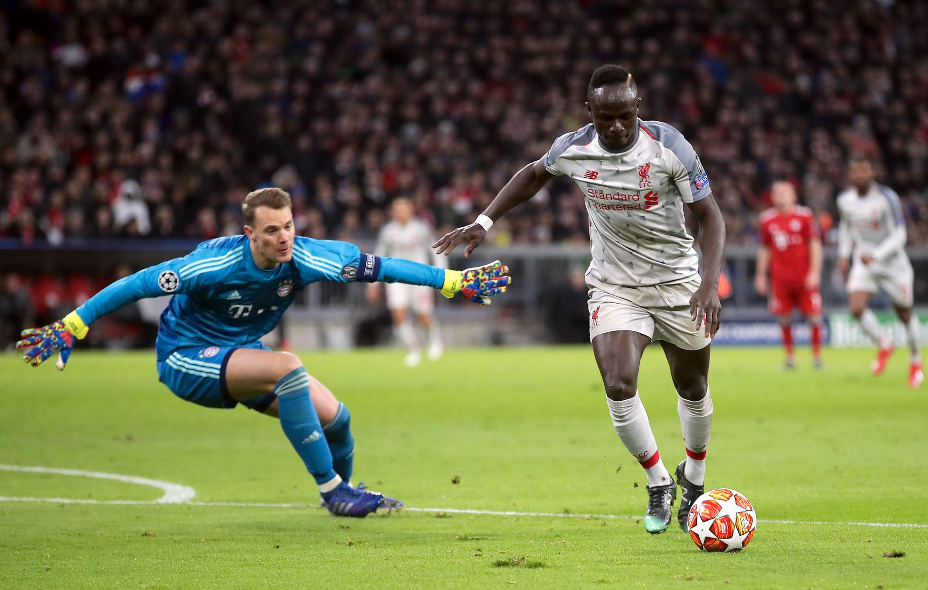PÅ BÆRTUR: Manuel Neuer angrer nok på at han gikk ut her. Sadio Mané sender Liverpool foran.