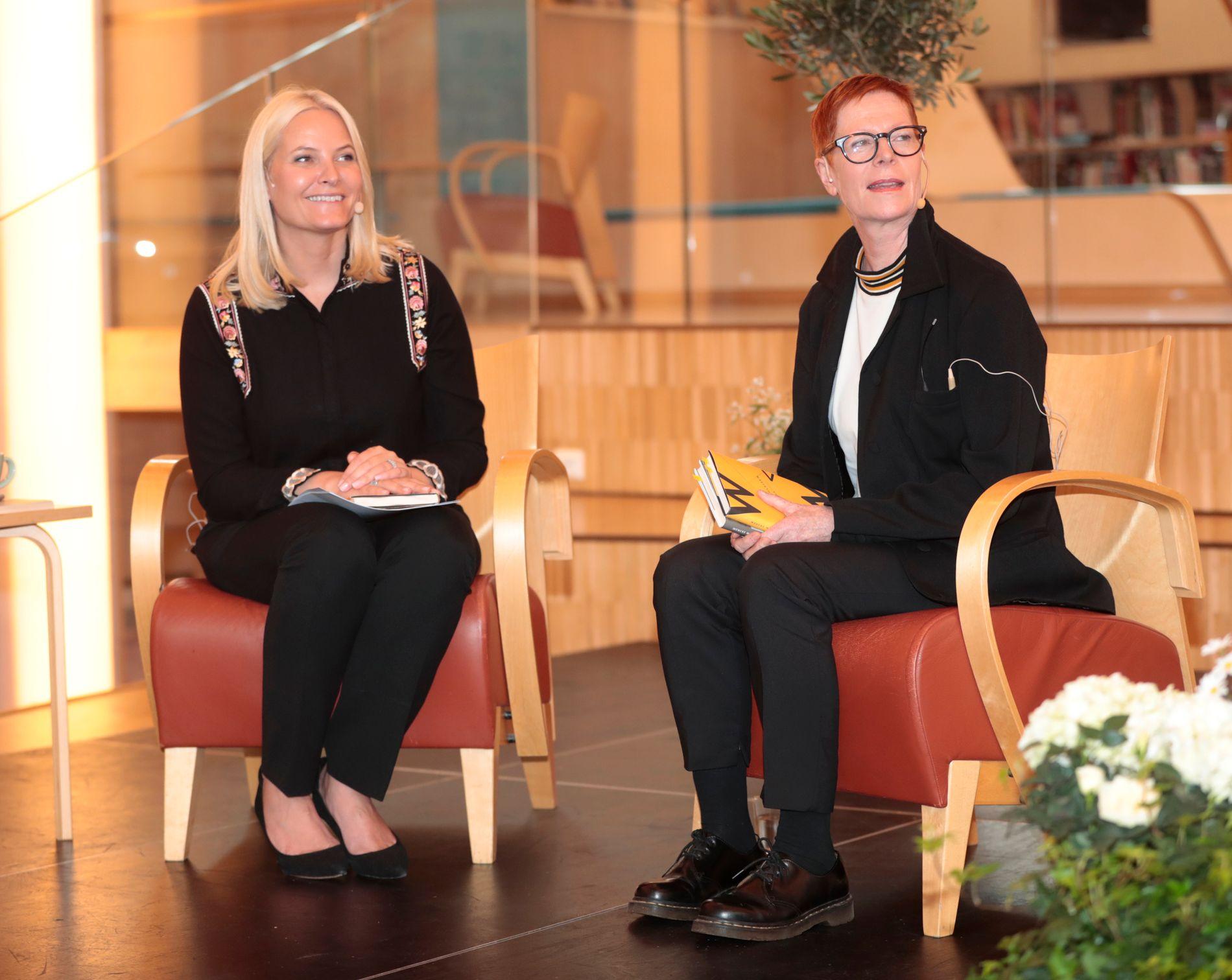 STERKT MØTE: Kronprinsesse Mette-Marit sammen med forfatter Wencke Mühleisen i Vennesla fredag.