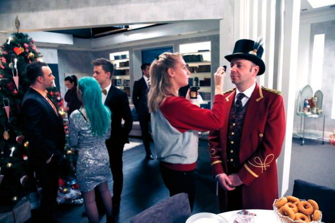 FINPUSS: Nikis «Pelle» Theophilakis sminkes under innspillingen av julekveldepisoden for litt over ett år siden.