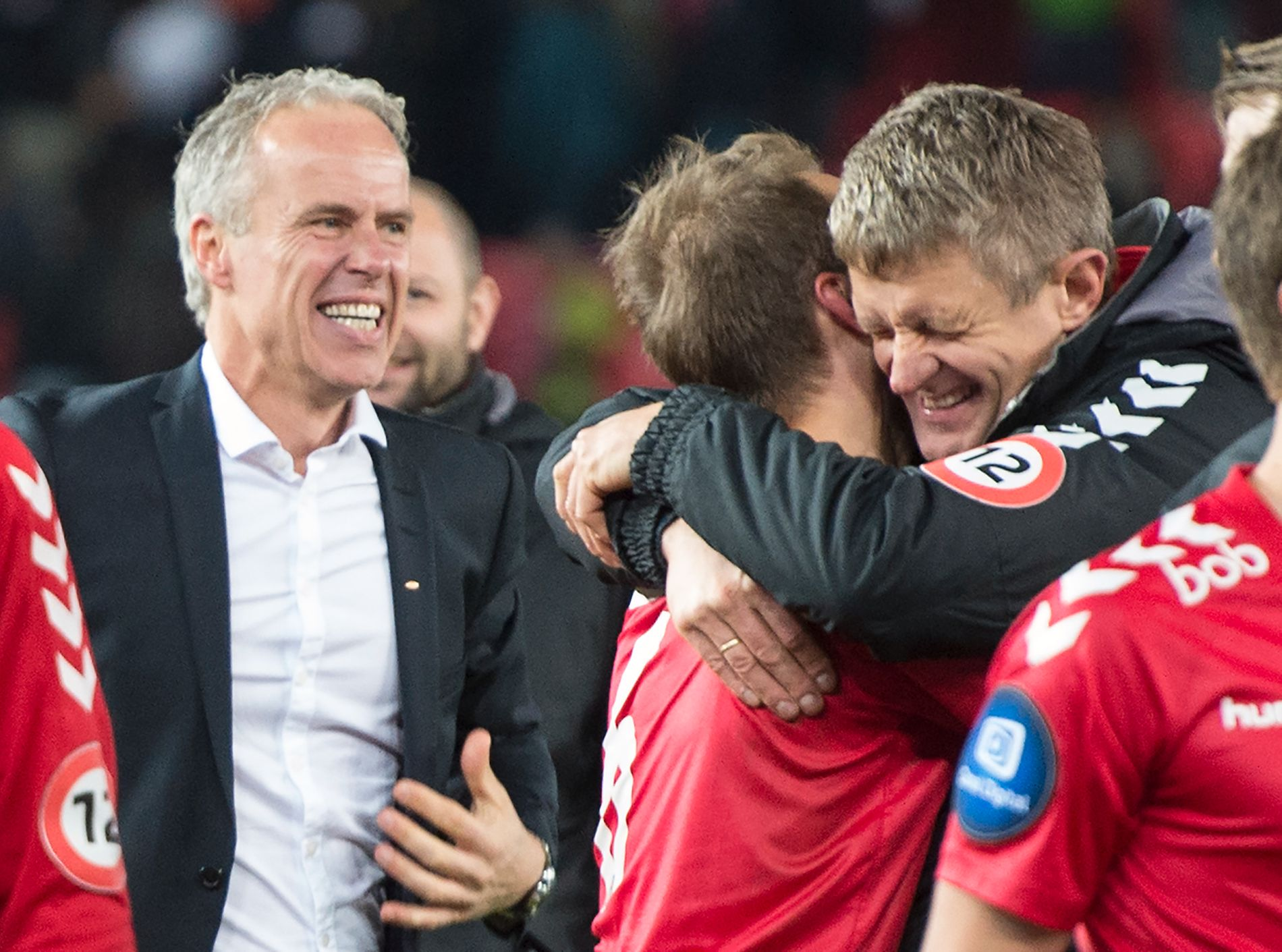 BRANN-SUKSESS: Brann-trener Lars Arne Nilsen får en klem av Vadim Demidov etter seieren mot Molde på Brann Stadion.