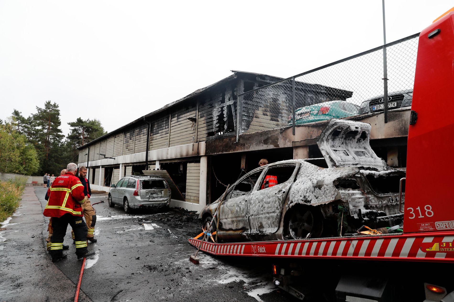 STORE SKADER:  Politiet har tauet inn en av bilene for videre undersøkelser etter brannen i et garasjeanlegg i Åslandhellinga i Oslo natt til lørdag.