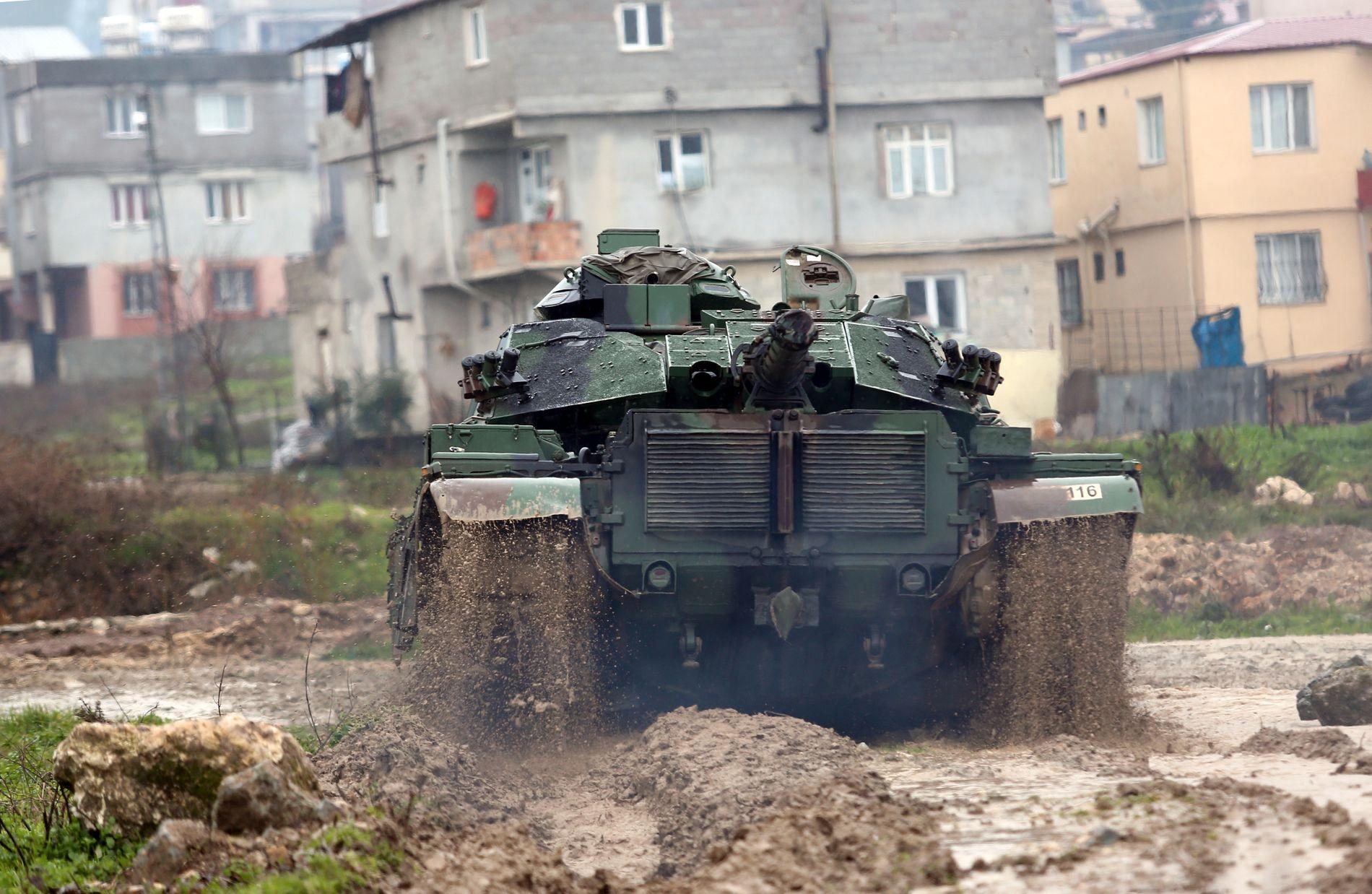 NÆR GRENSEN: En tyrkisk stridsvogn nær den syriske grensen, i byen Reyhanli i Tyrkia.