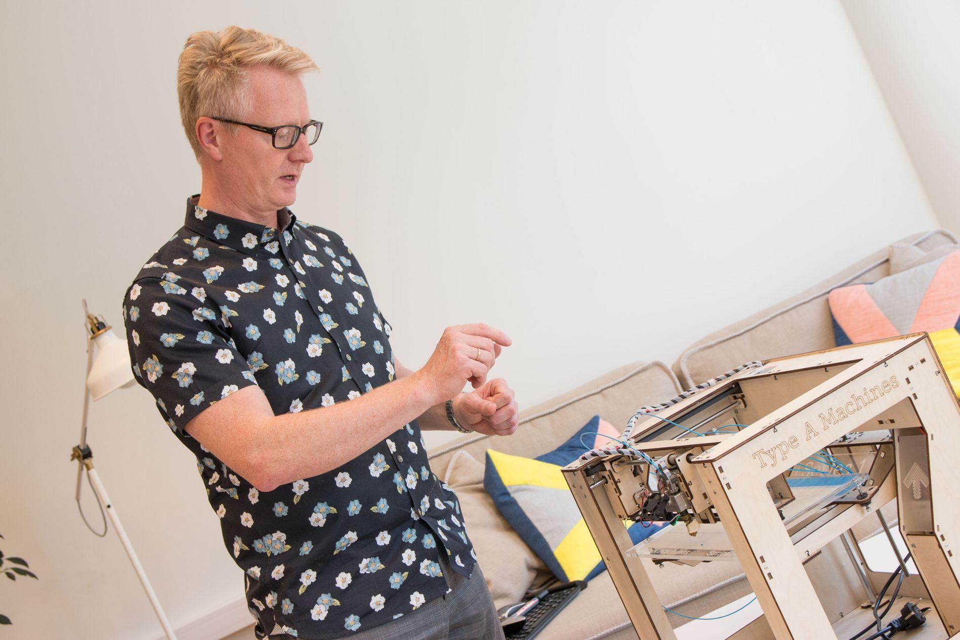 MANGE LEKETØY: Westerdals har en egen lab der studentene kan prøve ut ny teknologi. Her viser fagansvarlig på masterstudiet, Asle Fagerstrøm, hvordan 3d-skriveren deres fungerer. Foto: Tek Story Labs